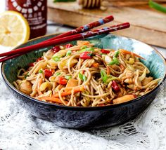 Sweet and spicy Honey Sriracha Chicken Noodle Bowls smothered in the most delectable sauce that will have you wishing for more long after the last slupercilious bite. These Honey Sriracha Chicken Noodle Bowls are the ideal quick and easy weeknight dinner. Honey Sriracha Chicken, Ginger Chicken, Spicy Honey, Asian Recipes, Healthy Recipes, Asian Foods, Oriental Recipes, Food Porn, Carlsbad Cravings
