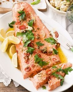 Baked Trout with Garlic Sauce and Potatoes. Ingredients: 6 potatoes, 250 ml cream, 2 cloves of garlic, flour (optional), 1 carrots, 1 onions, 4 steaks of trout, butter (optional), vegetable oil (optional), spices (to taste). #1001bestrecipes #recipes #food #trout #sauce #potatoes