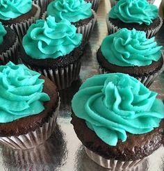 Reposteria De Inés.: Cupcakes de chocolate con nata pitufina. Desserts, Food, Custard, Easy Recipes, Chocolate Cupcakes, Tailgate Desserts, Dessert, Postres, Deserts