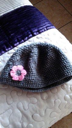gorrito con flor a crochet