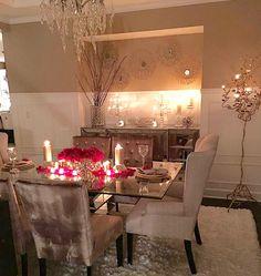 me encanta todo de esta la vitrina es hermosa y la decoracion de la mesa