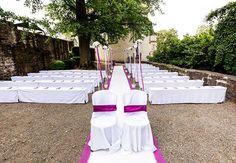Mit unsere #Bierbankhussen sehen schnöde #Bierbänke plötzlich ganz #festlich aus - zusammen mit einem #Teppich der zum freien #Altar führt und unseren #Rosenkugeln kann die #Trauung im Freien beginnen - #outdoor #wedding #weddingideas #weddinginspiration