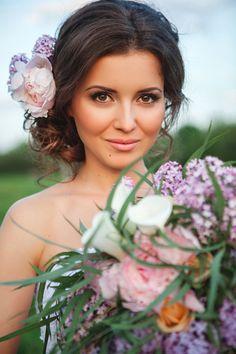 свадебные прически на средние волосы пучок с цветами