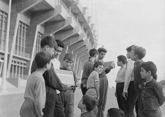 Um grupo de crianças ouve o relato de um jogo no lado de fora do Estádio José de Alvalade, em ano desconhecido.