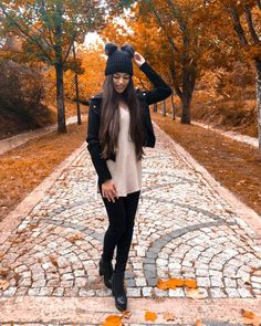 """21 mil Me gusta, 88 comentarios - Gülcan & Sahinur Twins (@thegstwins) en Instagram: """"I love the feeling of autumn 🍂"""" Twin Outfits, Cool Outfits, Fashion Outfits, Artsy Photos, Best Friend Necklaces, Glitter Dress, Tumblr Photography, Twin Girls, Bff Pictures"""