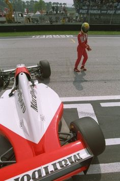 Em Ímola, Senna roda nos treinos e mostra insatisfação com o carro. Ele não completou a prova no dia seguinte.93