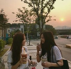Nisfis on bff ulzzang, fotografi remaja e wattpad Mode Ulzzang, Ulzzang Korean Girl, Bff Pictures, Best Friend Pictures, Friend Photos, Couple Ulzzang, Couple Goals Cuddling, Korean Best Friends, Girl Friendship