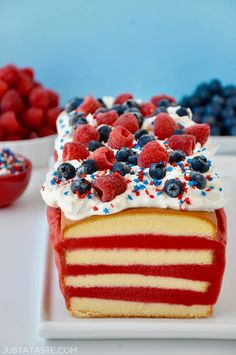 Add a patriotic sweet finale to your summer bash with a recipe for an easy July ice cream cake made with store-bought pound cake. Patriotic Desserts, Blue Desserts, 4th Of July Desserts, Summer Desserts, Easy Desserts, 4th Of July Cake, Fourth Of July Food, July 4th, Cupcakes