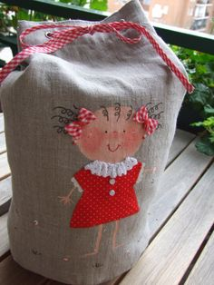 Mi pequeño mundo Patchwork Wool Applique Quilts, Hand Applique, Embroidery Applique, Fabric Bags, Fabric Dolls, Sewing Crafts, Sewing Projects, Book Purse, Quilt Labels