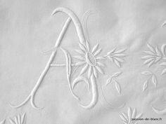Linge ancien de lit > Draps, Taies... > LINGE ANCIEN /Très beau drap en lin fin avec magnifique travail de broderie pour le monogramme AM et des jours - Linge ancien - Passion-de-Blanc - Textiles anciens