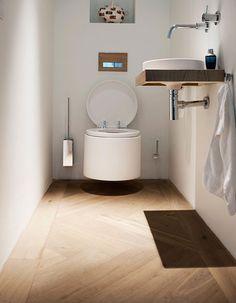 Visgraat houten vloer in toilet