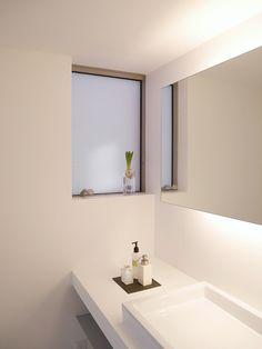 オペレーターハンドルの縦滑り窓(LIXIL製)にすることで、網戸はFixにでき、窓枠の存在感が最小限に。