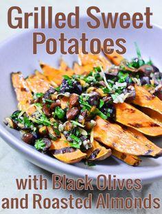 Une recette très simple de patates douces grillées, avec un condiment rapide aux olives noires et aux amandes. Vegan, paleo et sans gluten.