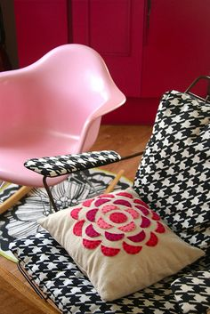 love this pillow with the black and white chair. i want to make the pillow with reds for my lime large houndstooth chair