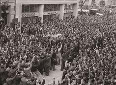 Multitud frente al edificio Agustín Nieto Caballero, lugar donde fue asesinado Jorge Eliécer Gaitán | Sady Gonzalez