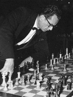 Nicolas Rossolimo es un personaje de novela. Nacido en Kiev, Ucrania, cuando esta pertenecía al Imperio Ruso, con posterioridad se nacional... Chess Players, Chess Sets, Card Games, Masters, Collections, Cheese, Cook, Board, Photos