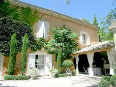 Belle propriété du 18e siècle restaurée proche d'un village perché du Luberon comprenant 2 habitations sur un joli terrain arboré avec piscine.