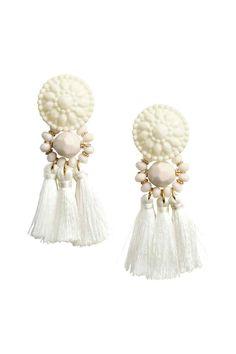 Orecchini con nappine: Orecchini con perle di plastica e nappine. Lunghezza 8,5 cm.