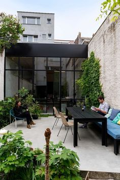 Interieurarchitecten Leen en Tim van Studio Reset - hadn't thought pinching our sunny side for sitting & all planting being in shade Outdoor Spaces, Outdoor Living, Outdoor Decor, Small Gardens, Outdoor Gardens, Rooftop Garden, Garden Inspiration, Exterior Design, Black Exterior