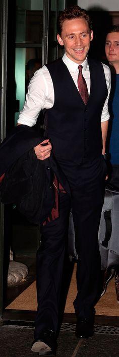 Tom Hiddleston leaving his hotel and heading to a screening of Thor: The Dark World in New York City on October 31, 2013. Enlarge photo: https://wx4.sinaimg.cn/large/6e14d388gy1fixjda0f0tj21861rhe04.jpg Via Torrilla: https://m.weibo.cn/status/4145135719401959#&gid=1&pid=9