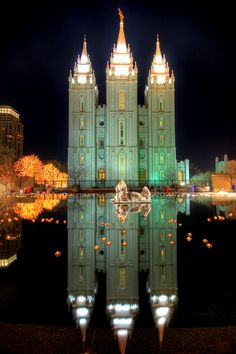 I love Temple Square.one of the most peaceful places and it is in the middle of Salt Lake City.also one of the most beautiful places at Christmas time! Mormon Temples, Lds Temples, Lds Temple Pictures, Temple Square, Salt Lake City Utah, Grand Mosque, Lds Church, Chapelle, Place Of Worship