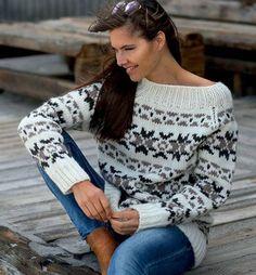 Hold varmen til vinter i denne smukke færøskinspireret sweater. Etnic Pattern, Fair Isle Knitting, Sweater Knitting Patterns, Alter, Clothing Patterns, Christmas Sweaters, Knitwear, Free Pattern, Knit Crochet