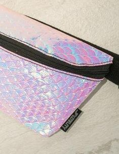 Fannypack Mermaid Shell This fannypack is for the landlocked mermaid! Amazing Outfits, Cool Outfits, Stylish Fanny Pack, Bum Bags, Mermaid Shell, Electric Forest, Cute Fashion, Holographic, The Little Mermaid