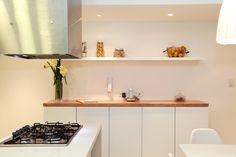 Mueble de guardado en cocina. Combinación de laca blanca con lenga con lustre mate.