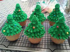 Large Chirstmas tree cupcakes