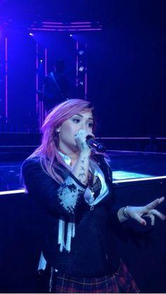 Demi en el escenario en San Jose, CA #NeonLightsTour 11-02-14