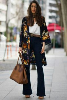 """A calça jeans flare ou famosa """"boca de sino"""" foi ícone de moda nos anos 70, e recentemente voltou e compõe looks de fashionistas, celebs, to..."""