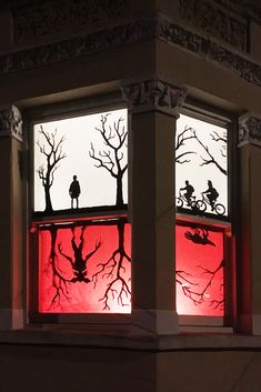 Stranger Things upside down world A Wanderlander& display of the Stranger Things upside down world. Want to share your favourite TV show? Make your own Window Wanderland and get creative this winter. Stranger Things Theme, Stranger Things Upside Down, Stranger Things Netflix, Halloween 2020, Halloween Themes, Fall Halloween, Disney Halloween, Halloween Window Display, Diy Halloween Window Silhouettes