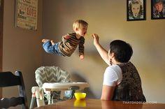 Fotógrafo faz filho com síndrome de down voar em série de fotos