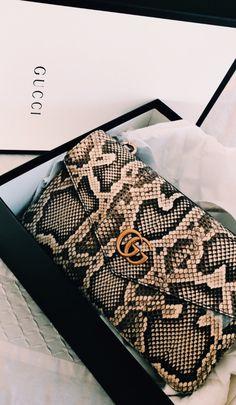 🖤 From Luxe With Love 🖤 - handbags 2020 & prada handtaschen 2020 & sacs à main prada 2020 & bolsos prada 202 Prada Handbags, Purses And Handbags, Clutch Handbags, Handbags Online, Luxury Bags, Luxury Handbags, Accessoires Gucci, Gucci Purses, Gucci Gucci