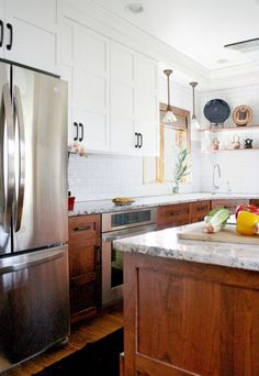 8 Ways to Give Your Craftsman Kitchen a Modern Makeover Modern Kitchen Cabinets Craftsman give Kitchen Makeover Modern ways Kitchen Inspirations, New Kitchen, Home Kitchens, Stained Kitchen Cabinets, Kitchen Design, Oak Kitchen Cabinets, Wood Kitchen Cabinets, Craftsman Kitchen, Kitchen Renovation