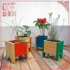 DIY pallet and wood planter box ideas don't have to be predictable. Discover the best designs that will give your deck a touch of style in DIY planter box designs, plans, ideas for vegetables and flowers Planter Box Designs, Diy Planter Box, Diy Pallet Projects, Garden Projects, Woodworking Projects, Cedar Planters, Wooden Planters, Wooden Shipping Crates, Upcycled Home Decor