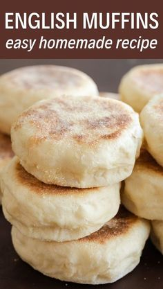 Homemade English Muffins-Hausgemachte englische Muffins Homemade muffins are so much easier than you think! This recipe is simple and you will have soft, chewy muffins in no time. Enjoy them with butter or your favorite jam! Bread Machine Recipes, Easy Bread Recipes, Baking Recipes, Chicken Recipes, Best Bread Recipe, Simple Bread Recipe, Breadmaker Bread Recipes, Italian Bread Recipes, Recipes With Yeast