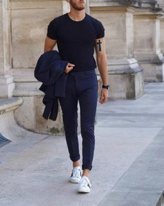 Navy blue tee, slim trousers and white sneakers - simple, low-cost and always on-trend