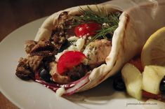 Chicken Souvlaki Gyros with Tzatziki Sauce, this is a great recipe! Chicken Souvlaki, Chicken Gyros, Grilled Chicken, Greek Spices, Greek Menu, Around The World Food, Decadent Food, Greek Dishes, Main Dishes