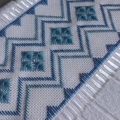 Manuela Barrera's media content and analytics Bargello Needlepoint, Broderie Bargello, Free Swedish Weaving Patterns, Crochet Christmas Wreath, Hand Embroidery Videos, Hardanger Embroidery, Hand Knit Scarf, Sunbonnet Sue, Cross Stitch Borders