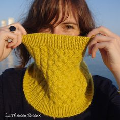 La Maison Bisoux & Knitted Art present the Bee Cowl pattern, designed by Ángela Gómez Ortega. You have the pattern, which is available in english, portuguese and spanish (soon in french), on Ra… Crochet Stitches Patterns, Knitting Patterns Free, Free Pattern, Cowl Patterns, Easy Knitting, Knitting Yarn, Knit Cowl, Knit Crochet, Crochet Bikini