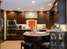 Newest Designs in Traditional Kitchen Remodeling Brown Cabinets, Wood Kitchen Cabinets, Updated Kitchen, New Kitchen, Kitchen Ideas, Small Country Kitchens, Medium Kitchen, Cherry Kitchen, Traditional Kitchen