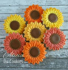 Alicia Do Cookies: sunflowers. Fall Decorated Cookies, Fall Cookies, Iced Cookies, Royal Icing Cookies, Biscuit Cookies, Crazy Cookies, Cut Out Cookies, Cute Cookies, Sunflower Cookies