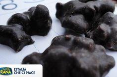 L'Italia che ci piace? E' anche quella dei sapori dolci più tipici come i romantici Baci di Cherasco (CN) nati dall'amore delle nocciole delle Langhe spezzettate con del cioccolato fondente fuso e del burro di cacao!
