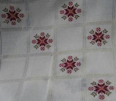 ETAMİN,KANAVİÇE VE İĞNE NAKIŞI TARİFLERİ   Nazarca.com Cross Stitch Embroidery, Hand Embroidery, Cross Stitch Patterns, Embroidery Designs, Cross Stitch Animals, Cross Stitch Flowers, Traditional Henna Designs, Palestinian Embroidery, Fabric Manipulation
