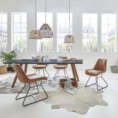 Die markante Oberfläche der Tischplatte mit sichtbaren Rissen und Ästen macht den Tisch so zu einem außergewöhnlichen Unikat!