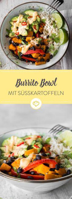 In diese Veggie Burrito Bowl kommen zu Reis, Avocado und schwarzen Bohnen noch Paprika und Süßkartoffeln. Getoppt wird das Ganze mit Limetten-Mayo-Dressing.