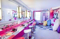 Amazing Themed Hotel Rooms- The Sleepover Suite! This is in the Alton Towers Hotel in the UK. Awesome Bedrooms, Cool Rooms, Dream Rooms, Dream Bedroom, My New Room, My Room, My Home Design, House Design, Themed Hotel Rooms