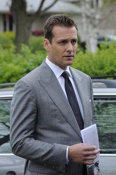 Trajes Harvey Specter, Harvey Specter Suits, Suits Harvey, Suits Tv Series, Suits Tv Shows, Grey Suit Men, Mens Suits, Suit Fashion, Mens Fashion