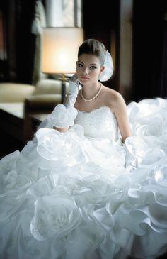 No.08-0019花嫁自身がブーケになったかのようなあでやかなドレスは、主役に相応しい存在感が魅力のドレス。
